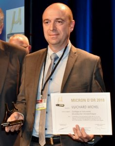 Philippe Vuichard, DG de l'entreprise, recevant un Micron d'Or